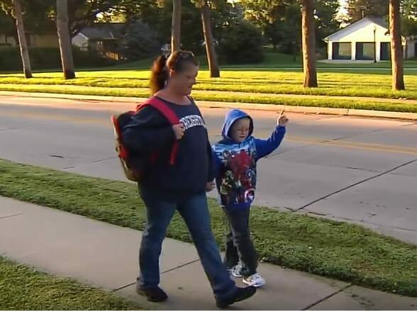 Женщина каждый день ходит с мальчиком пешком, затем проезжающий мимо незнакомец узнает их лица из новостей