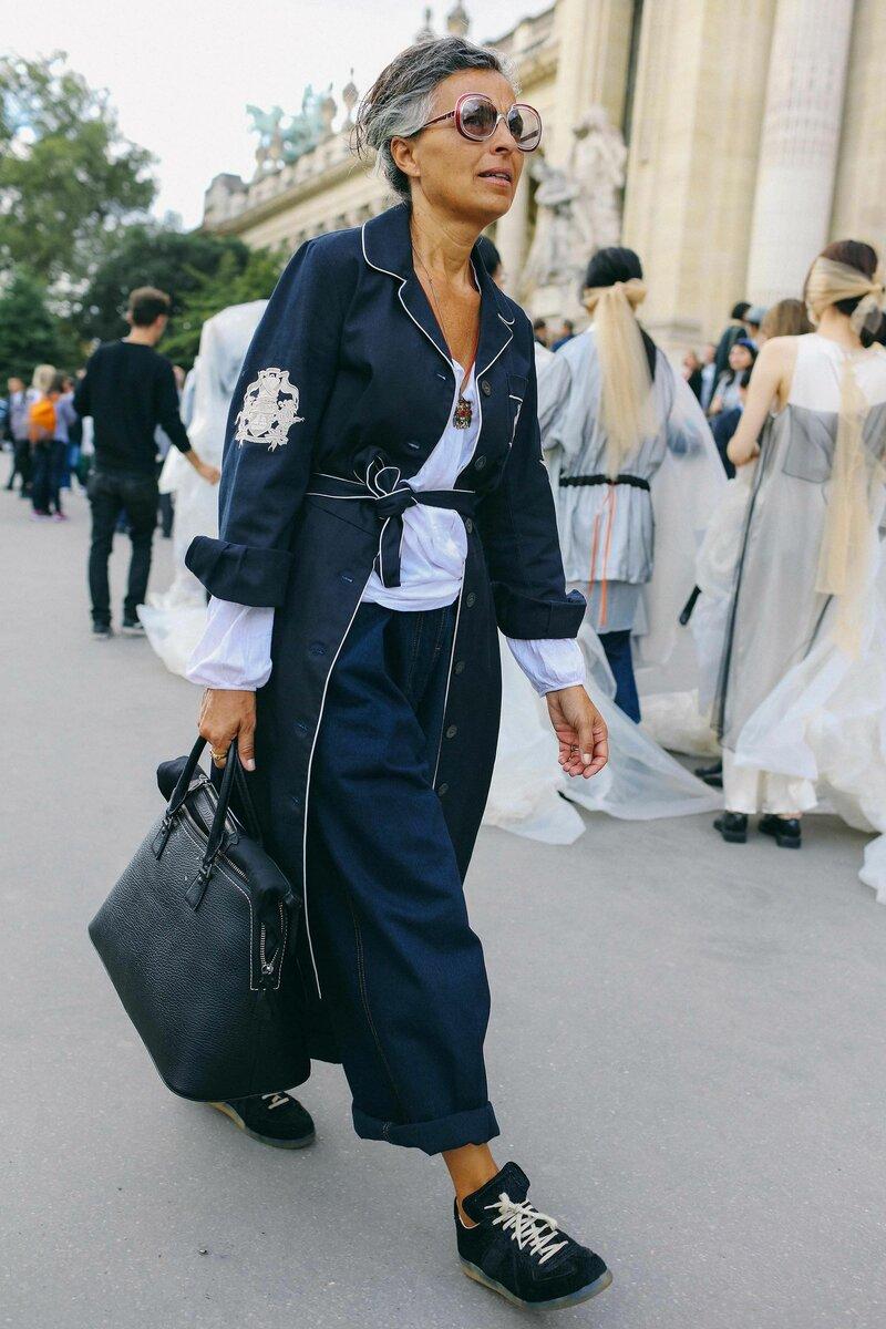 Современная мода позволяет без зазрения совести носить кеды с джинсами и тренчем. /Фото: i.pinimg.com