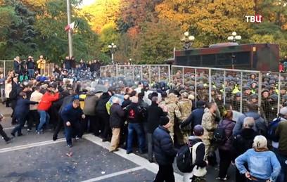 Спецназ атаковал митингующих у здания Рады в Киеве