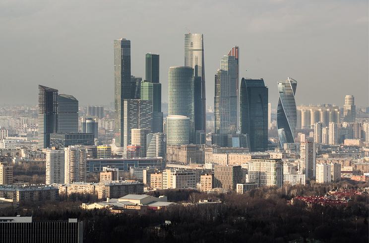 Экономика России будет расти быстрее при более слабом рубле - опрос Bloomberg