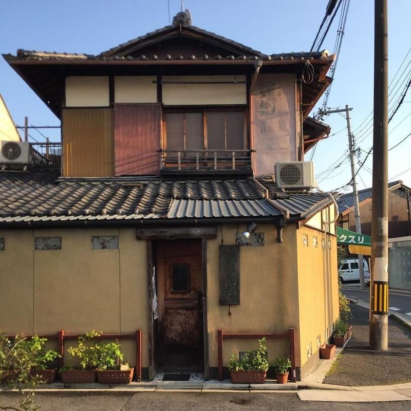 Эта дверь явно повидала немало архитектура, дома, здания, киото, маленькие здания, местный колорит, фото, япония