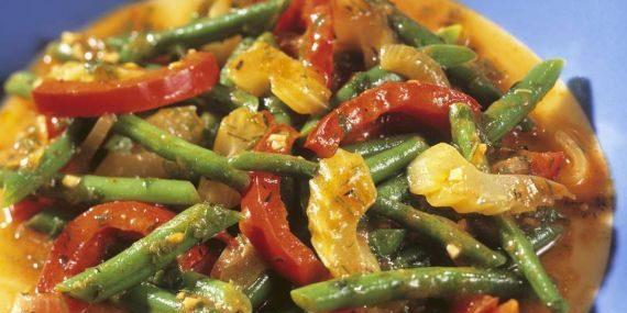 Овощное рагу c сельдереем, помидорами и стручковой фасолью