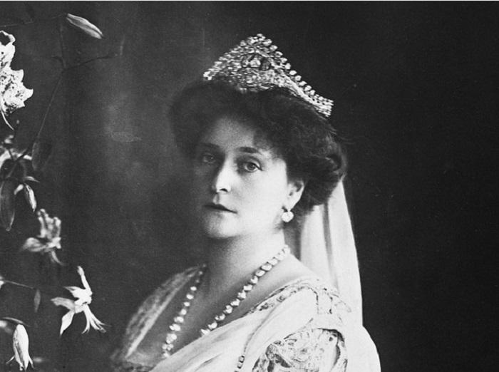 Императрица Александра Федоровна в лучистой тиаре Елизаветы Алексеевны, 1910-е годы