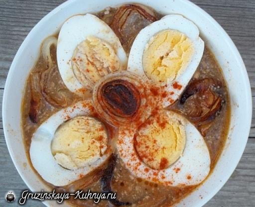Рецепт сациви с луком и вареными яйцами