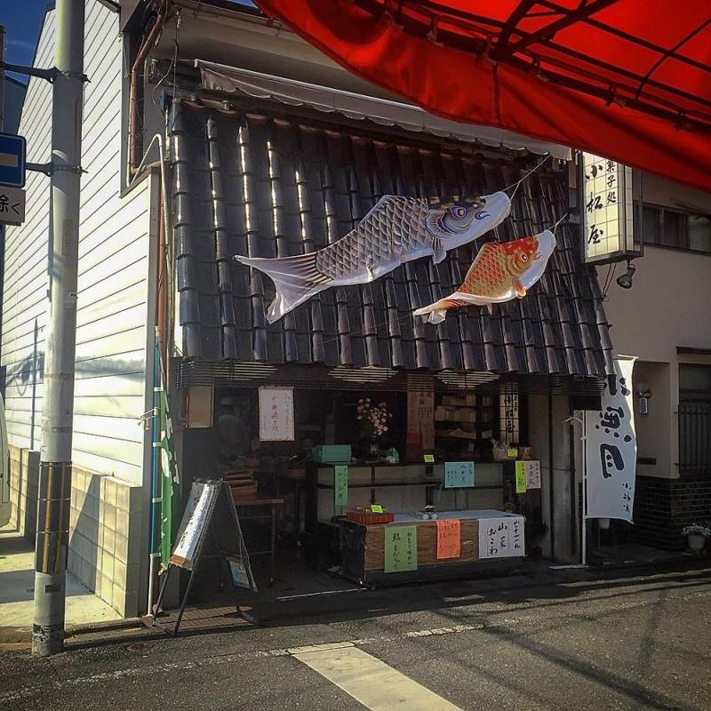 Традиционный японский магазин сладостей. Над ним парят две рыбы Кои-Нобори - значит, у хозяев два мальчика архитектура, дома, здания, киото, маленькие здания, местный колорит, фото, япония