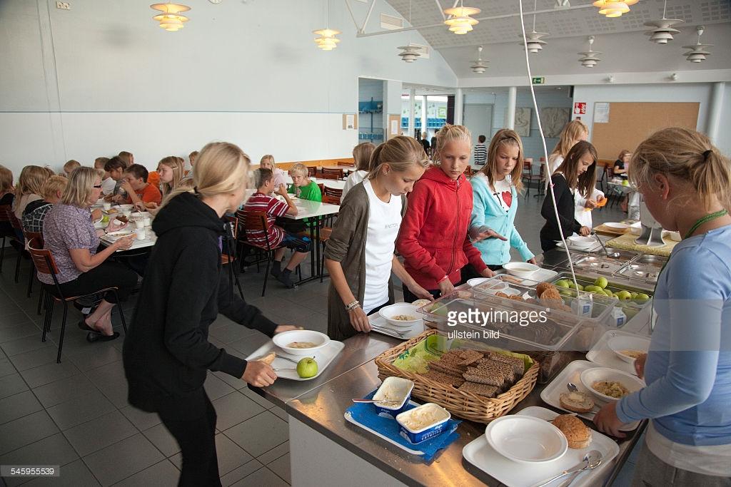 Во Франции мусульманских школьников заставят есть свинину