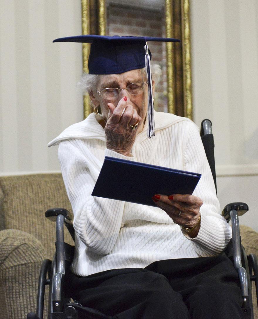 Старушка разрыдалась от счастья, получив свой диплом об окончании школы