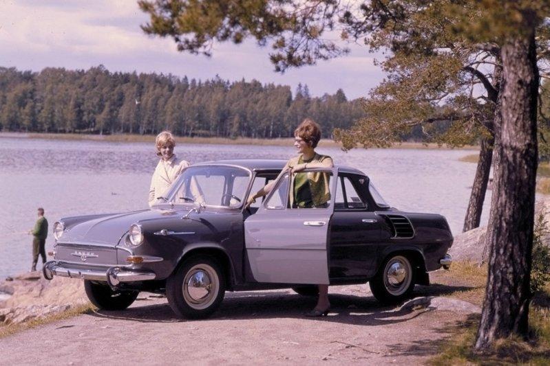 Экспериментировала с заднемоторной компоновкой и другая автомобильная компания из Чехословакии – Skoda. Причем, весьма удачно: в 1964 году в продажу поступил компактный 4,2-метровый седан 1000 MB. заднемоторная компоновка, седан