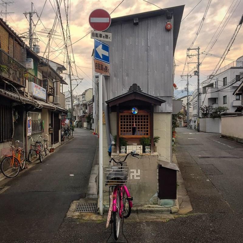 Местное святилище с CD-диском для отпугивания ворон архитектура, дома, здания, киото, маленькие здания, местный колорит, фото, япония