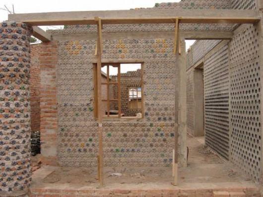 Жители Нигерии строят себе дома из пластиковых бутылок!