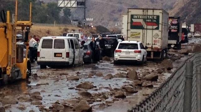 Паника в затопленной Калифорнии! Люди бросают автомобили. Первые кулачные бои на дорогах