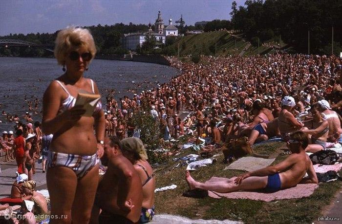 Отдых москвичей на Воробьевской набережной. 1975 год