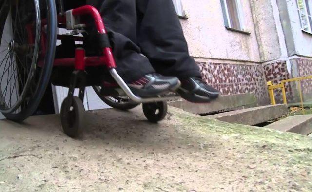 Недовольные соседством с ребенком‐колясочником жители вырвали пандус в подъезде