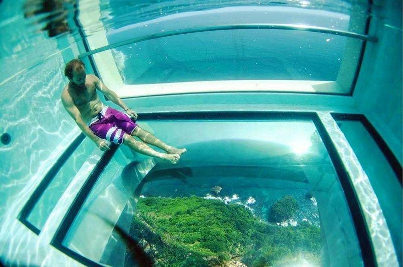 Этот эпический бассейн на Бали расположен на 150-метровой высоте. И у него стеклянное дно!
