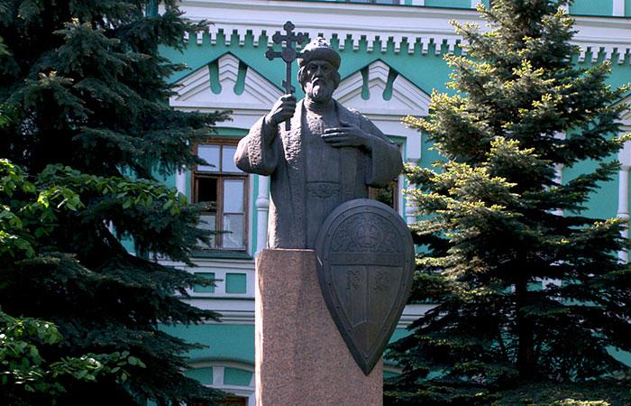 Памятник князю Владимиру в Москве на территории Даниловского мужского монастыря.