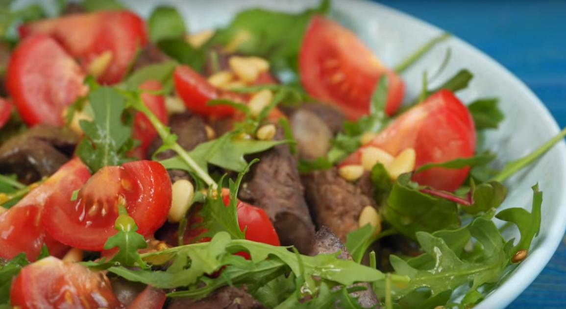 Салат из куриной печени с помидорами и салатным миксом