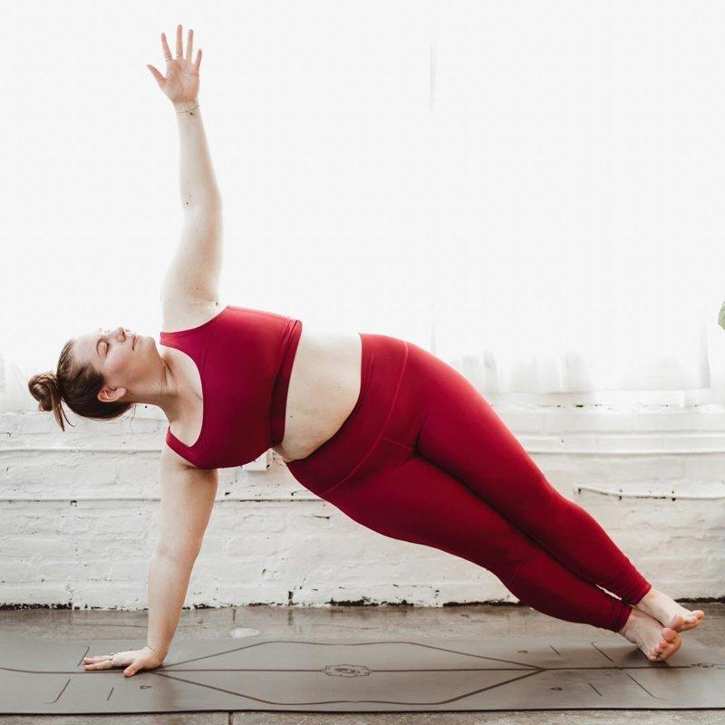 100 килограмм веса не помеха: плюс-сайз модель стала мастером йоги