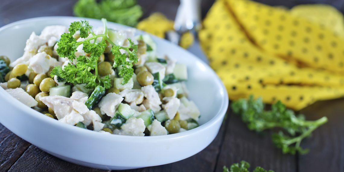 Салат с курицей, черносливом, шампиньонами, сыром и грецкими орехами