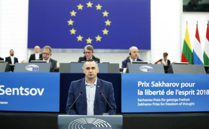На фото: украинский режиссер Олег Сенцов во время выступления на заседании Европарламента