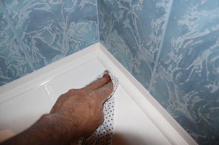 как заделать большую щель в ванной
