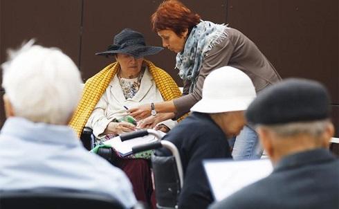 Лишив стариков пенсий, власть заставит детей платить им алименты
