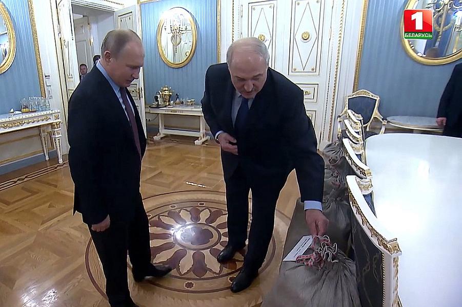 О, картошечка! Лукашенко приехал не пустой