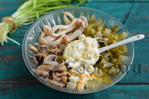 Салат из кальмаров с грибами и яйцами рецепт с очень вкусный