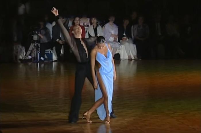 Провакационное платье на танцевальном конкурсе