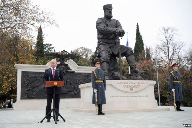 Путин открыл памятник миротворцу