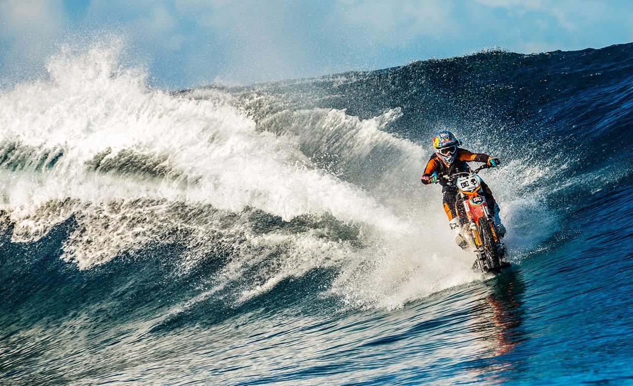 На мотоцикле по волнам. Уникальный трюк австралийского каскадера