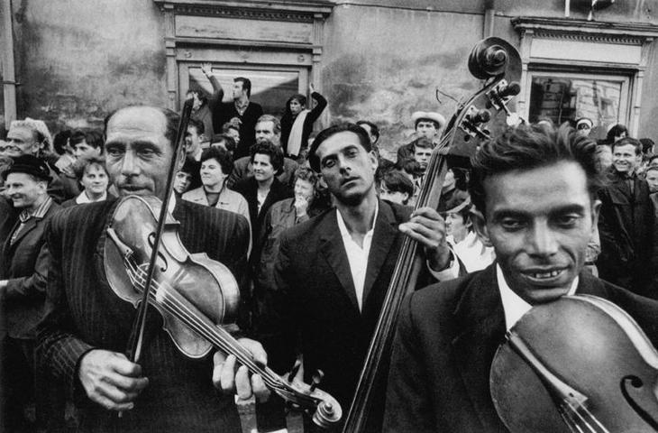 Цыганские оркестры с их виртуозными скрипачами и цимбалистами создали свой уникальный музыкальный стиль мифы, цыгане
