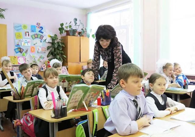 Давеча слышала, как учительница начальных классов оглашала маме четвероклассника: — Он у вас никуда не поступит. Вам после 9 класса...