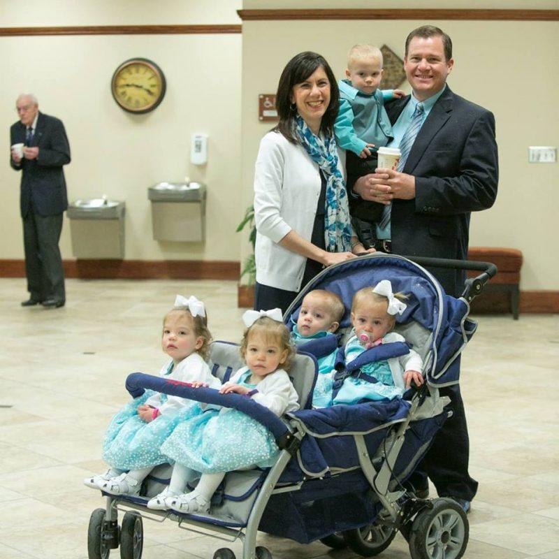 Через две недели после того, как эта пара усыновила тройню, врач сообщает им феноменальные новости
