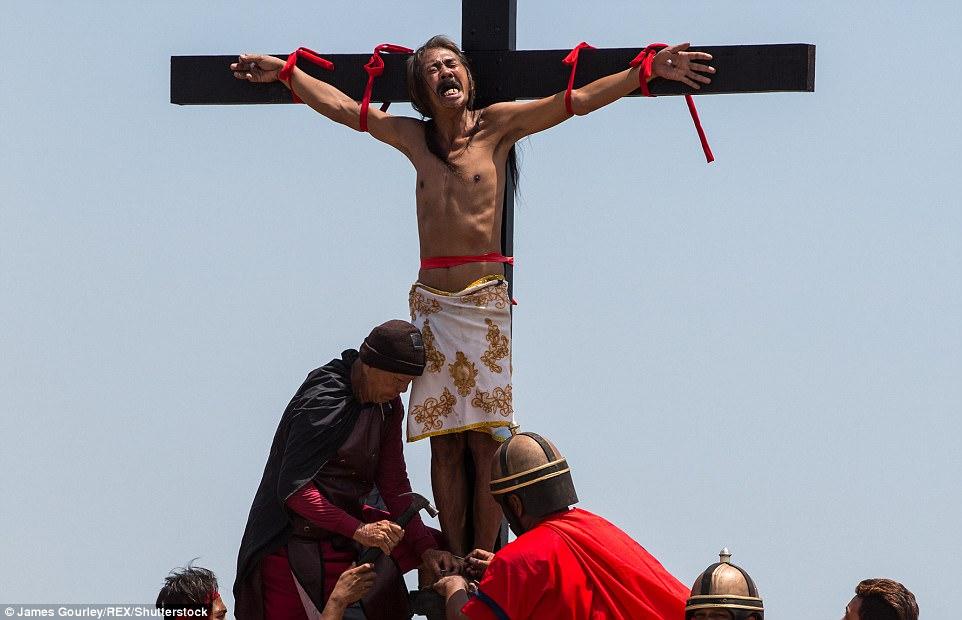 Пригвоздить себя к кресту и другие способы встретить Пасху у христиан мира