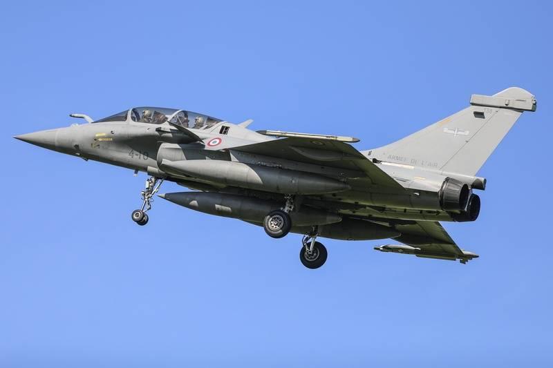 Французский истребитель Rafale при взлёте катапультировал второго пилота