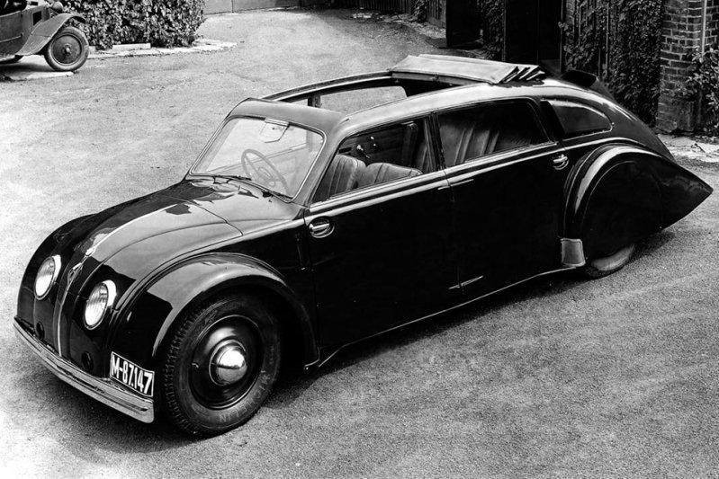 Самый большой фанклуб заднемоторной компоновки находился в Чехословакии. В 1934 году местная компания Tatra выпустила футуристичный для своего времени фастбэк 77 с трехлитровым V8, который находился в задней части кузова. заднемоторная компоновка, седан