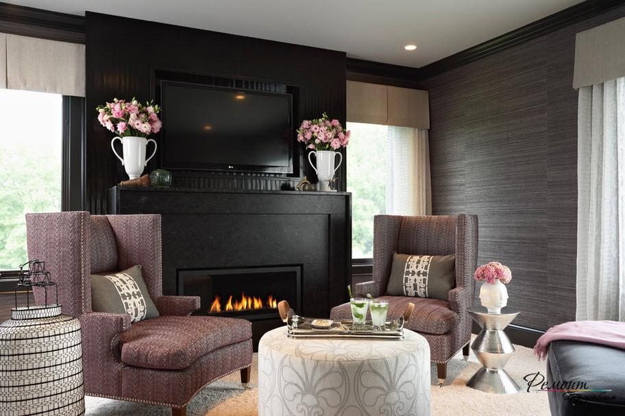 Интерьер гостиной с акцентной черной стеной