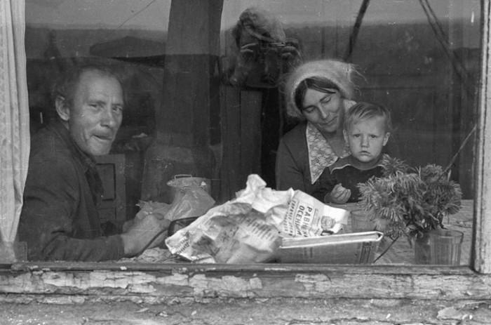 Жизнь советских людей в провинции существенно отличалась от глянцевых плакатов с коммунистической пропагандой. СССР, Новокузнецк, 1980-е годы.