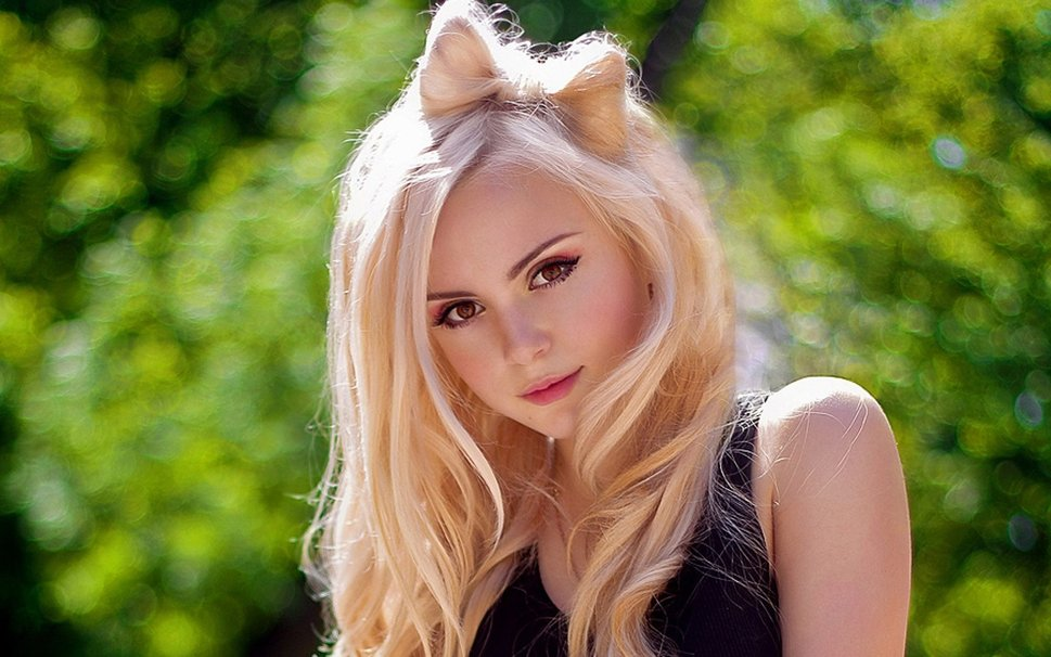 krasivaya-blondinka-dva-v-odnoy-foto