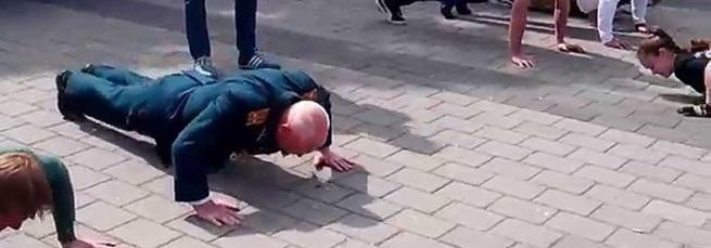 Да есть еще на Руси богатыри, круто отжимался, аплодисменты Деду!!!
