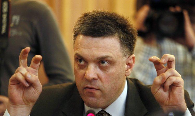 Тягнибок пригрозил лишить крымчан паспортов и депортировать их в Россию