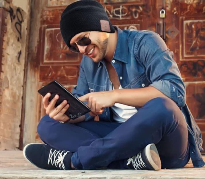 9. Шапка со встроенными наушниками для истинных меломанов - в тепле и с Bluetooth-ом одежда, подборка, полезно, полет, самолет, советы, удобно, фото