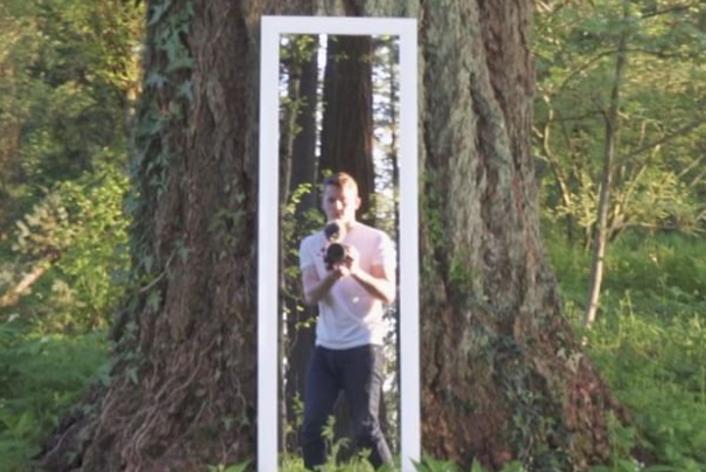 Парень проходит сквозь зеркало — и не признается, как он это делает