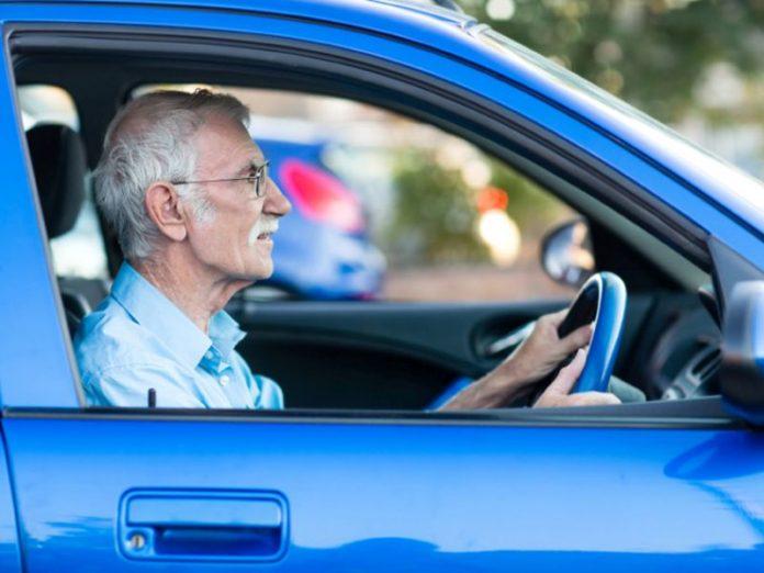 Полицейский остановил пожилу…