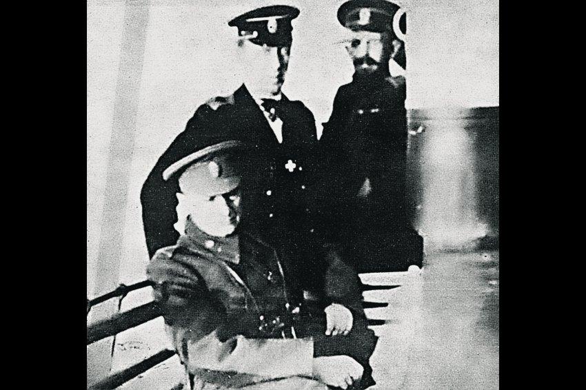 Одна из последних фотографий Верховного Правителя. Адмирал А.В. Колчак (слева) и контр-адмирал М.И. Смирнов (в центре) по дороге в Тобольск. Осень 1919 г.