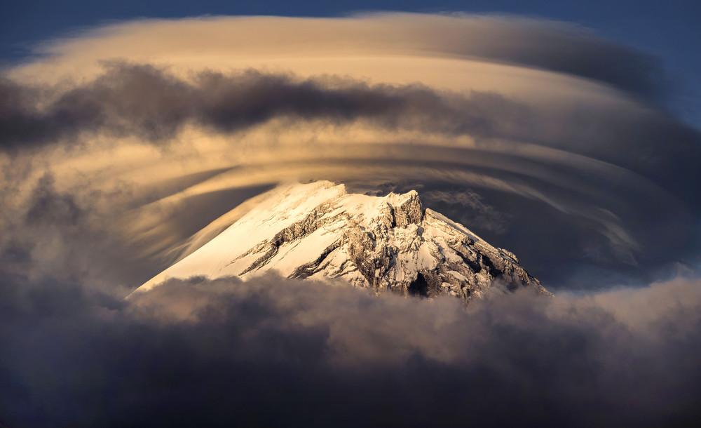 Неописуемая мистическая красота камчатских вулканов, укутанных в облака
