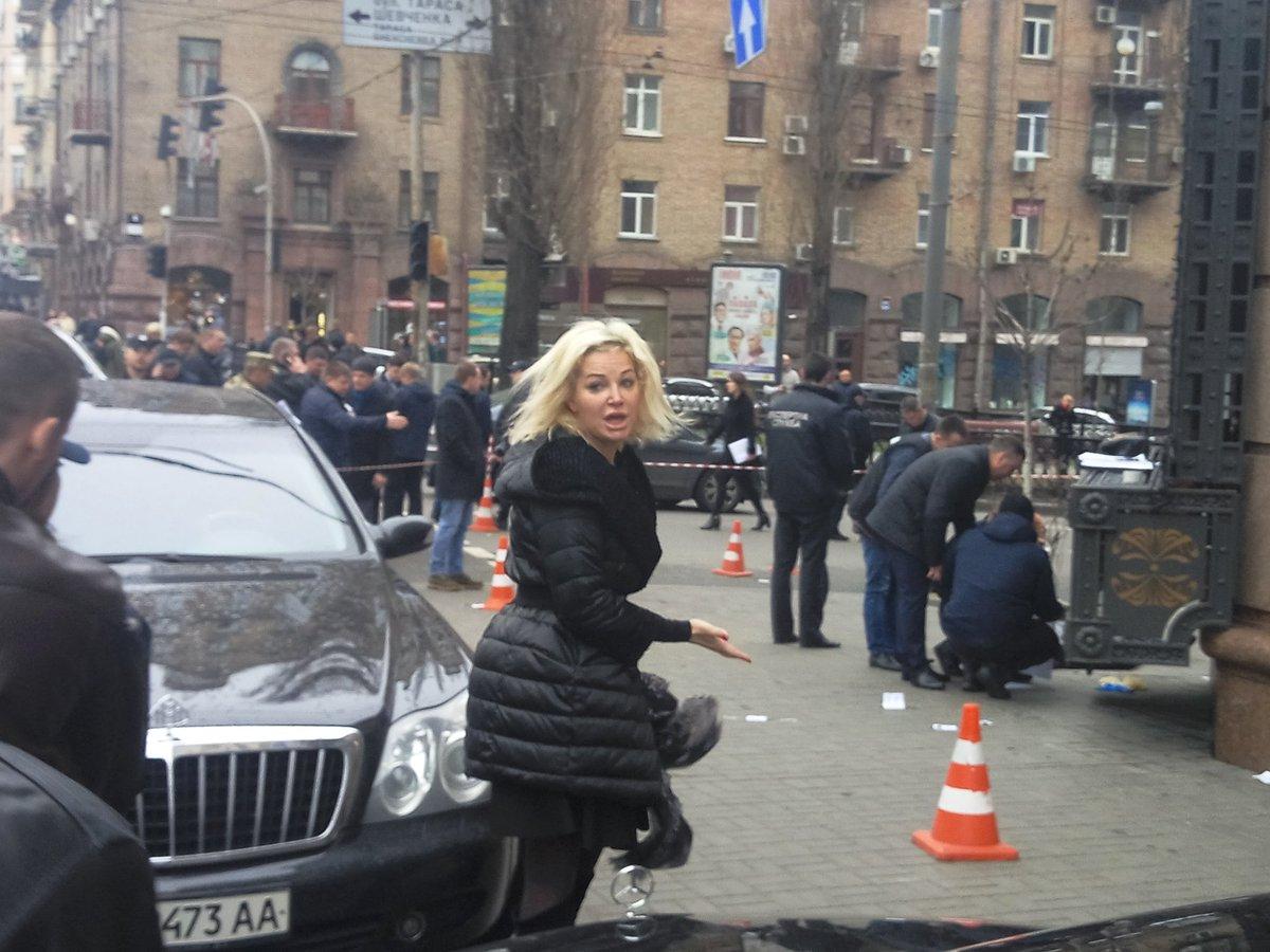 «Упала в обморок». Максакова приехала на место убийства Вороненкова (фото)