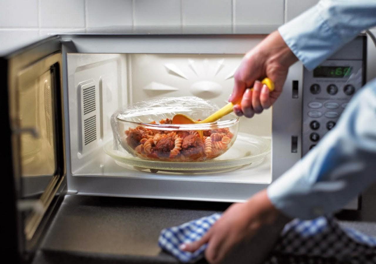 Опасно ли готовить в микроволновке?