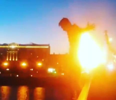 Горящий человек прыгает с Крымского моста. Почему это не опасно