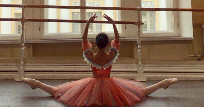 Юная русская балерина в питерской парадной поразила Reddit. И нас тоже